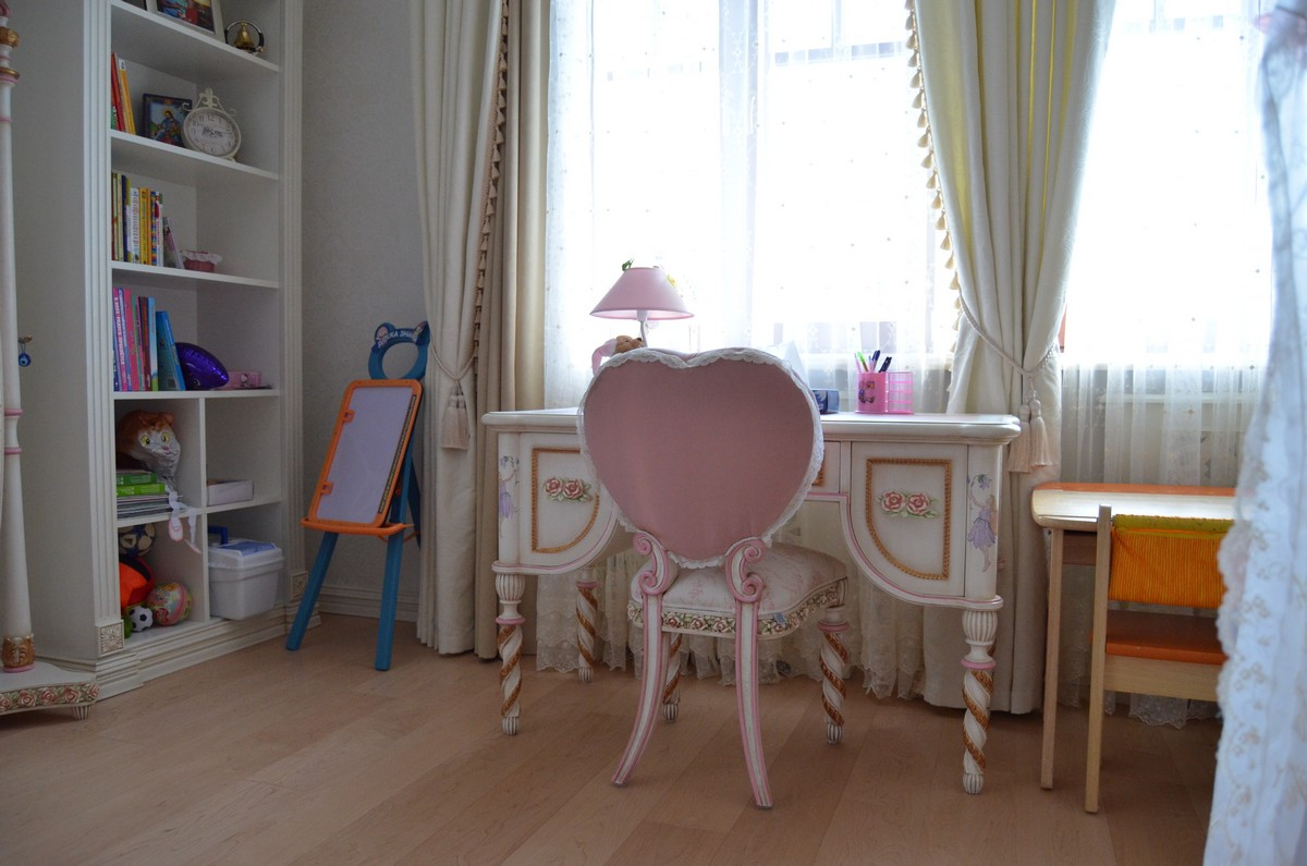 Детская мебель из массива дерева на заказ в комнату.